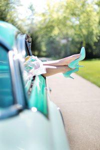 benen van vrouw steken uit auto