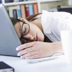 slapende vrouw ligt tijdens werk op haar computer