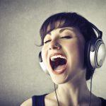 vrouw is mantra aan het zingen
