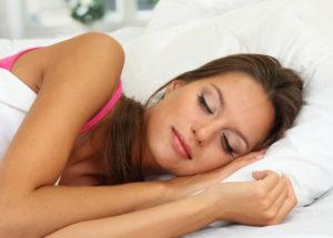 slapende vrouw roze shirt