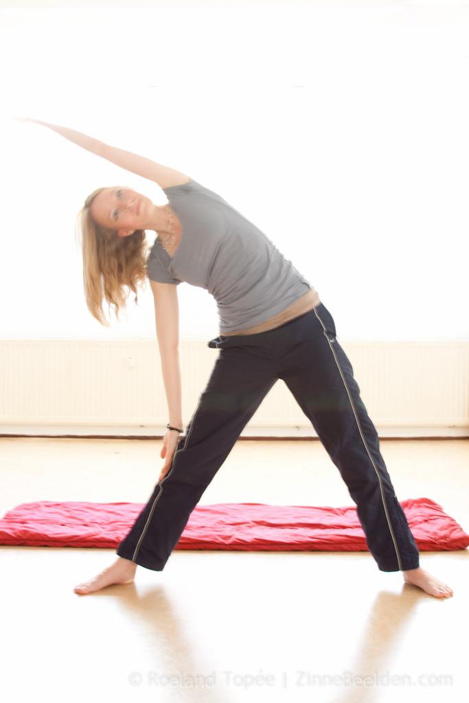 Femke de Grijs doet yoga