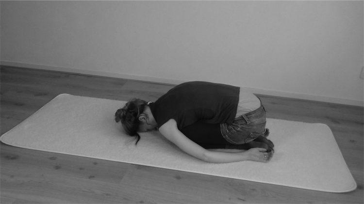 yin yoga kindhouding/child's pose zijkant door Femke de Grijs