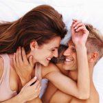 man en vrouw liggen in bed