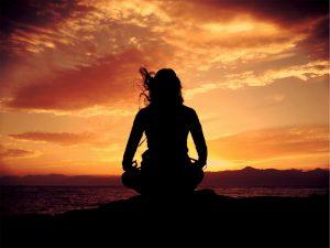 vrouw is aan het mediteren