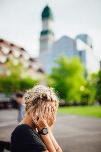 vrouw ontkent liefdesverdriet