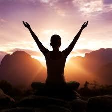 meditatie houding door vrouw die handen omhoog doet