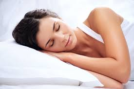 slapende vrouw wit dekbed