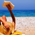 lezen tijdens de vakantie op strand