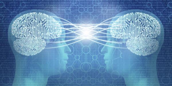 twee hoofden van mensen zijn met elkaar verbonden door telepathie