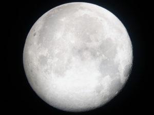 volle maan met witte gloed
