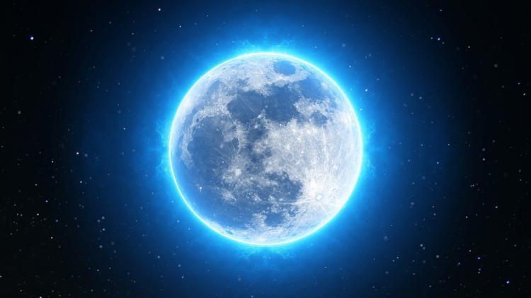 volle maan met blauwe gloed