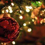 kerstmis met kerstbal in kerstboom