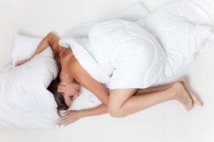 vermoeide vrouw is aan het slapen