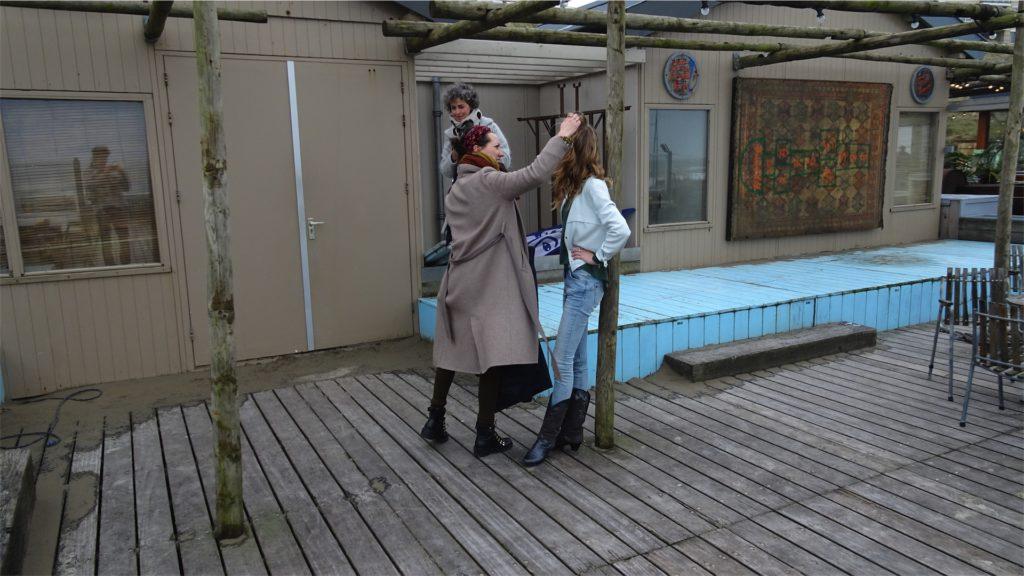 Femke de Grijs tijdens fotoshoot: styling wordt gedaan