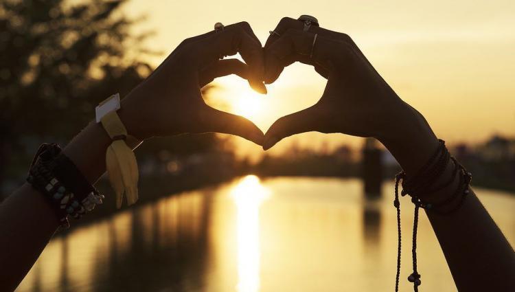 handen vormen een hartsymbool