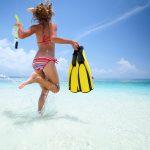 warm weer activiteiten: vrouw rent de zee in
