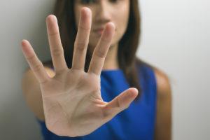 vrouw stelt grens door met haar hand een stop gebaar te maken