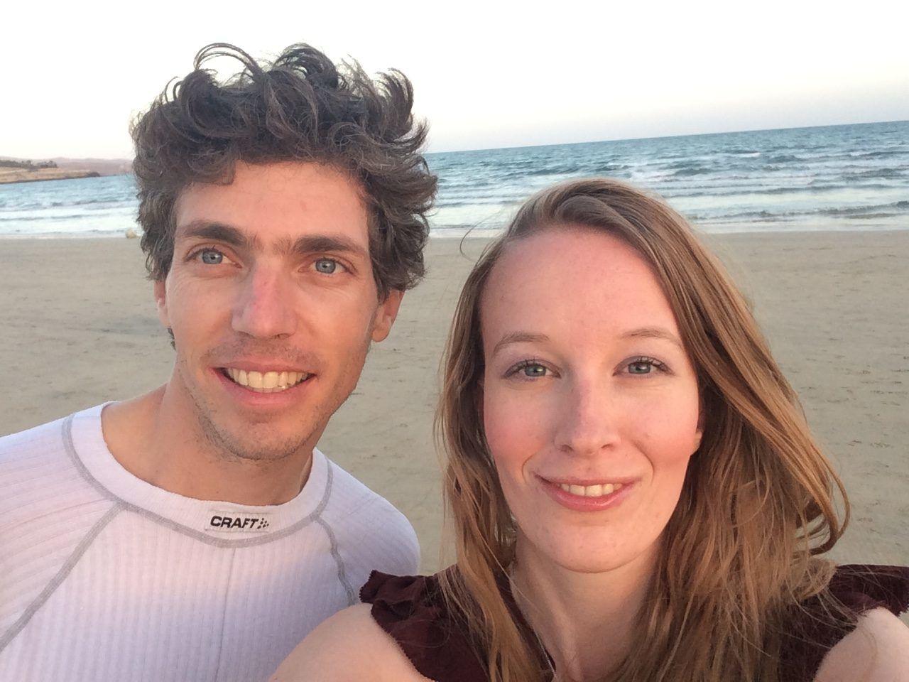 Femke de Grijs en Mathijs van der Beek op het strand in Fuerteventura