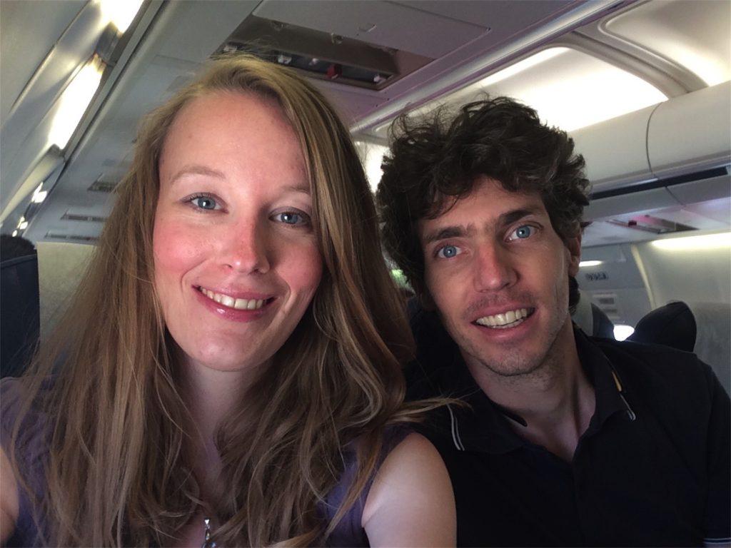Femke de Grijs en Mathijs van der Beek zitten in het vliegtuig