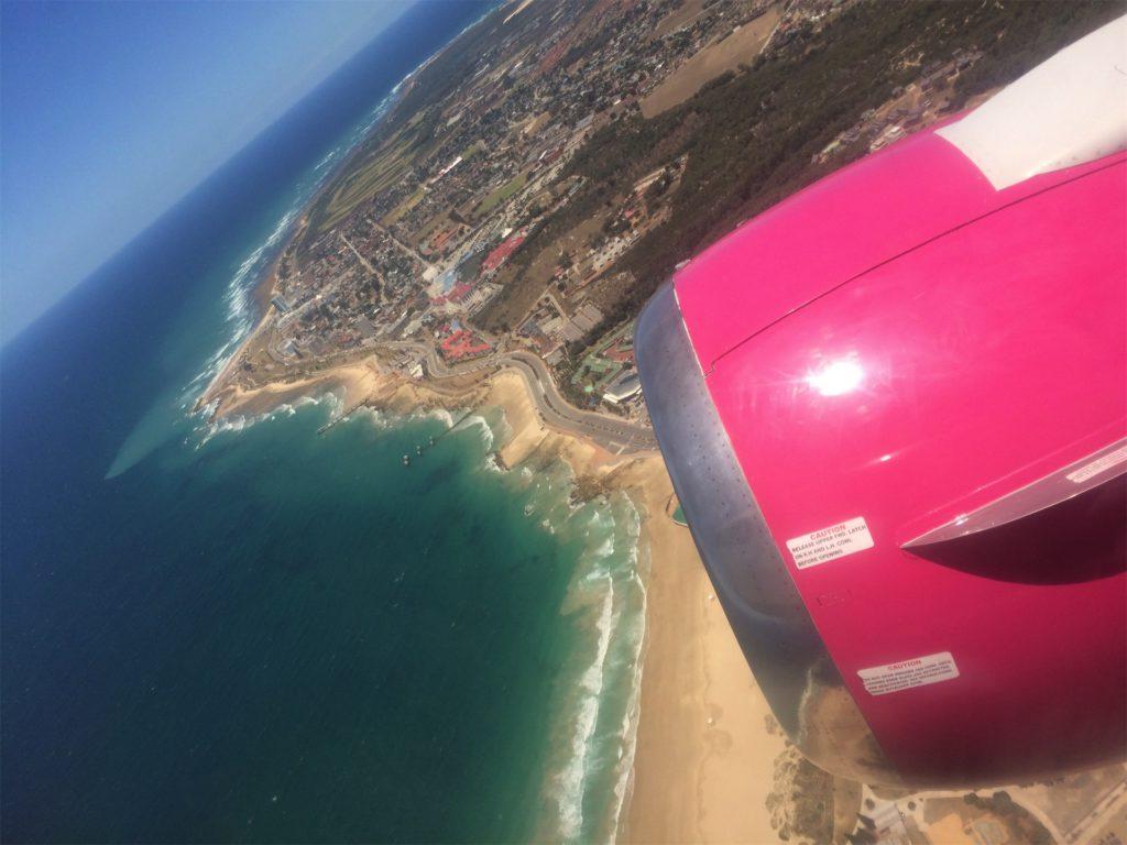 uitzicht vanaf vliegtuig op het strand en huizen vanaf Port Elizabeth