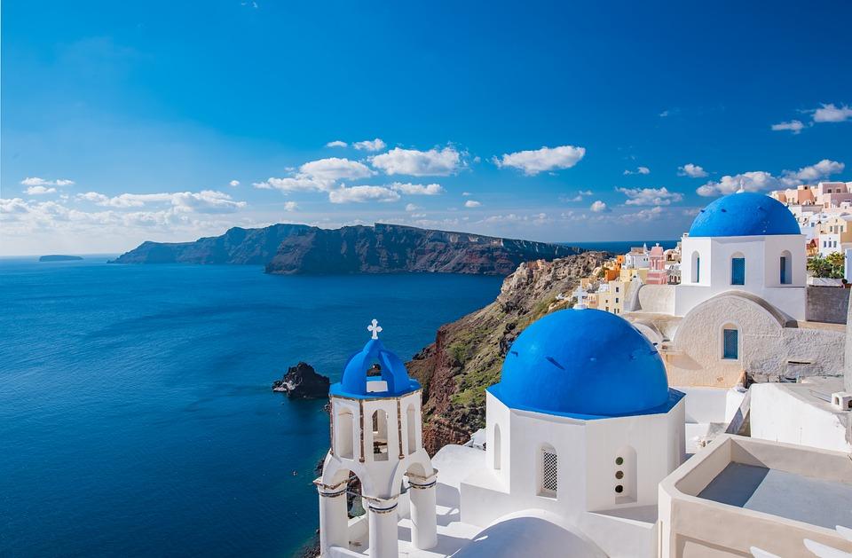 uitzicht op zee en witte en gekleurde huizen in Santorini, Griekenland