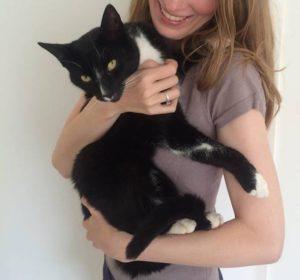 Femke de Grijs houdt kat Knorrie vast