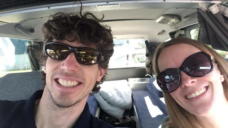 Femke de Grijs en Mathijs van der Beek zitten in sleepervan