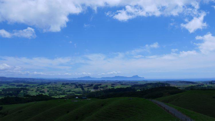 uitzicht in Waipu op de zee en heuvels
