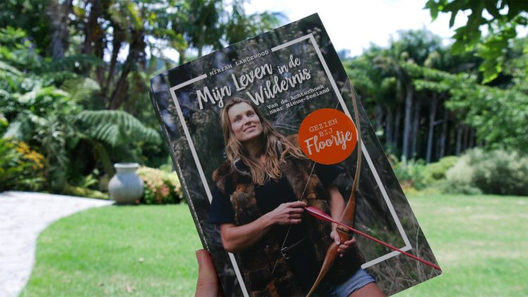 voorkant van het boek Mijn leven in de Wildernis van Miriam Lancewood, met op de achtergrond bomen