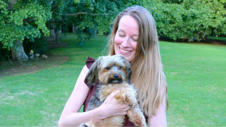 Femke de Grijs houdt kleine hond vast