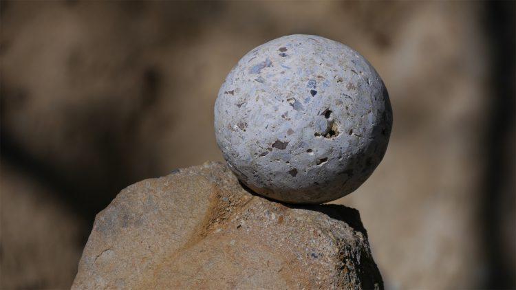stenen bol op het Plateau van de Piramide van de Draak