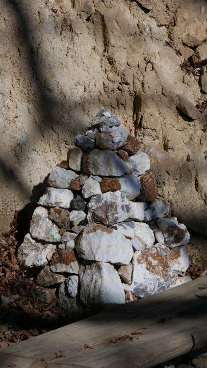 piramide van stenen op het Plateau van de Bosnische Piramide van de Draak