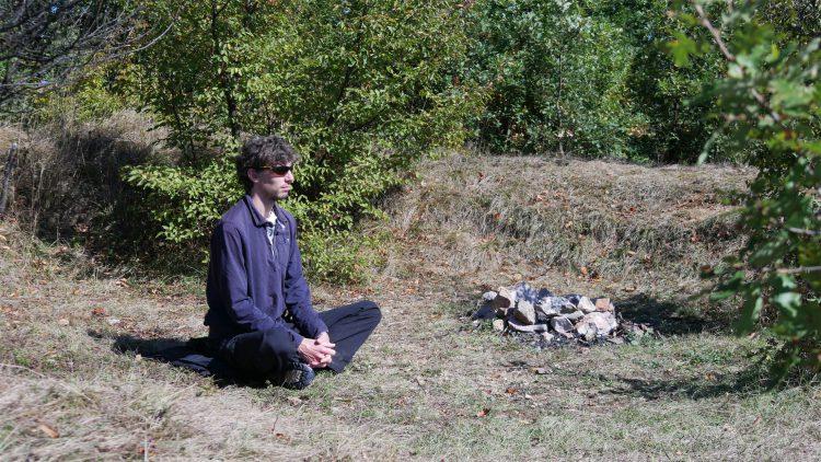 Mathijs van der Beek mediteert op de Bosnische Piramide van de Liefde bij de vuurplaats