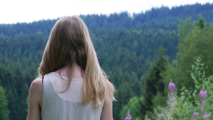 Femke de Grijs zit voor een bos