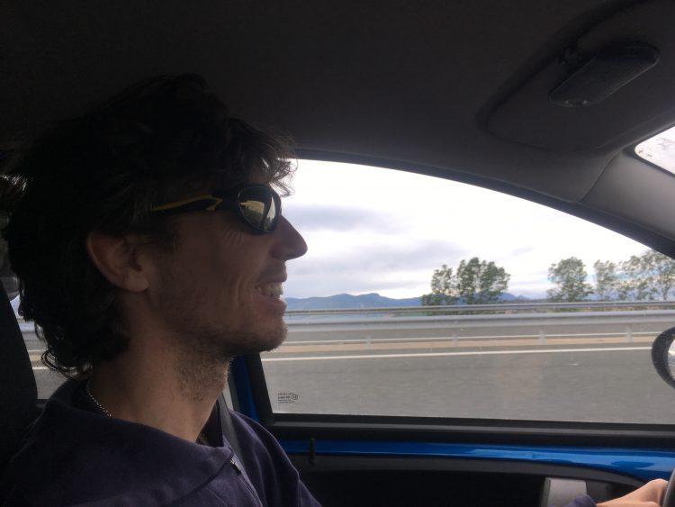 Mathijs van der Beek rijdt auto