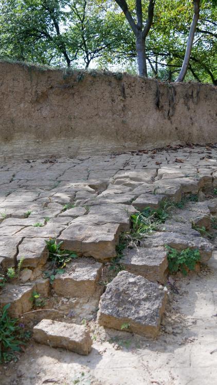 lagen gesteente bij de Piramide van de Maan in Bosnië-Herzegovina