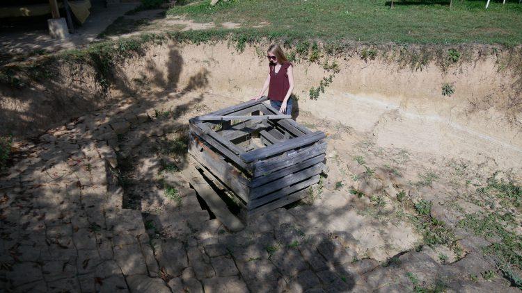 Femke de Grijs bekijkt opgravingen op de Piramide van de Maan