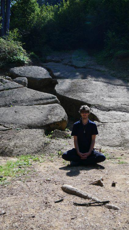 Mathijs van der Beek mediteert op de Piramide van de Zon