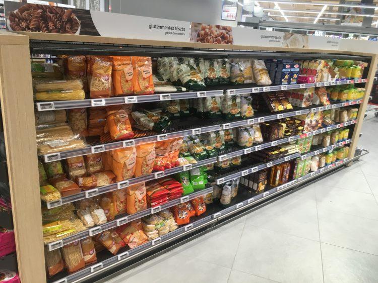 supermarkt schappen met pasta in Hongarije