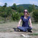 Femke de Grijs mediteert boven op Tumulus