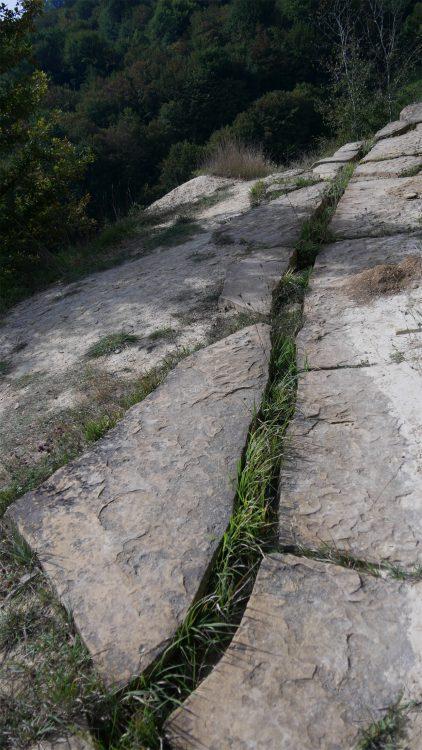 Tumulus gesteente met een spleet