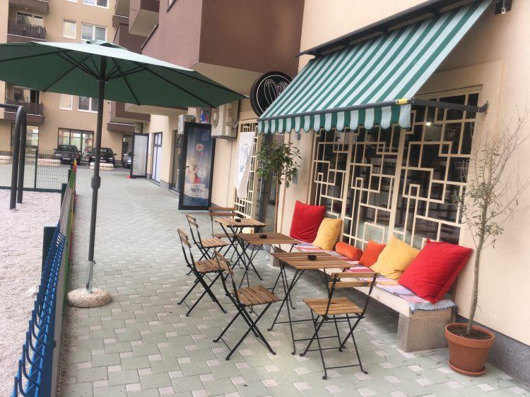 buitenkant van Zdravo met stoelen, parasol en zonneluifel