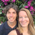 Femke de Grijs en Mathijs van der Beek voor paarse bloemen op Fuerteventura