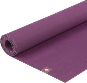 Yoga mat in de kleur aubergine van het merk Manduka