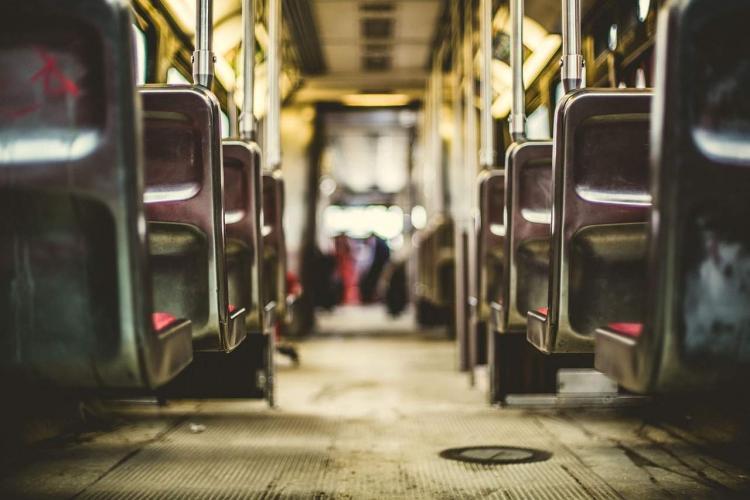 bus met lege stoelen