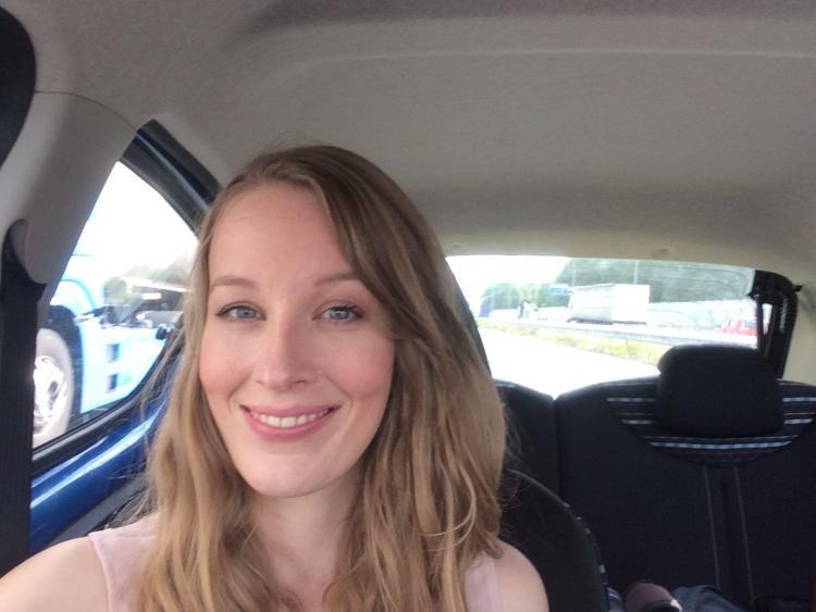 Femke de Grijs zit in auto na fotoshoot van het tijdschrift Vriendin