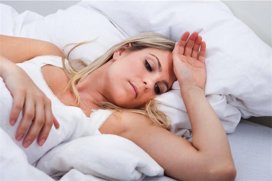chronische vermoeide vrouw ligt in bed