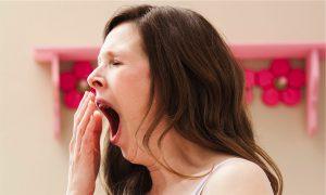 vrouw heeft last van voorjaarsmoeheid