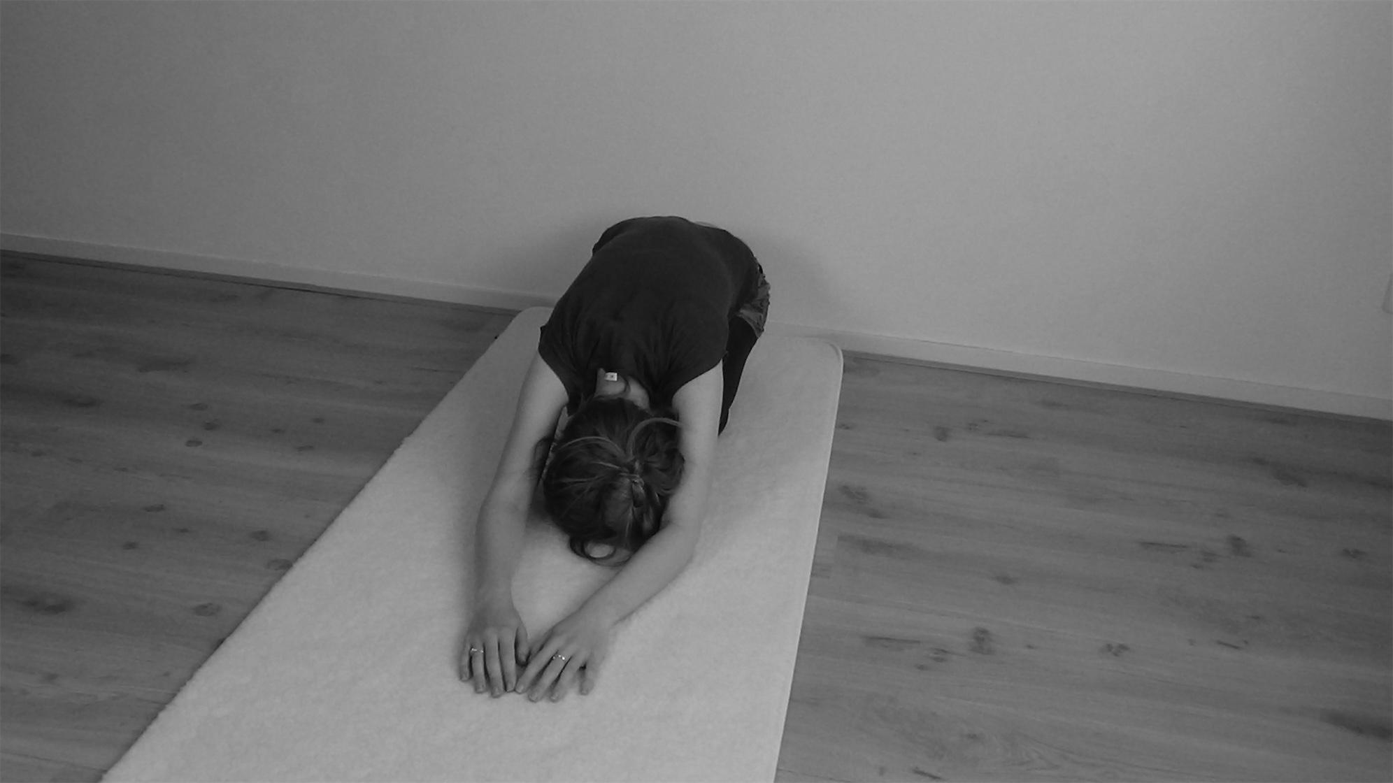 Yin Yoga kindhouding voorkant