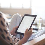 vrouw is aan het lezen op e-reader